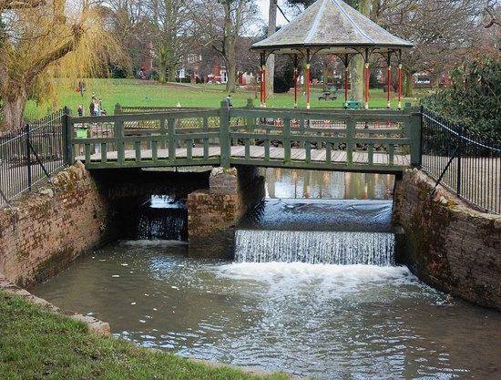 Gheluvelt-Park-Pavilion-and-bridge-across-Barbourne-Brook